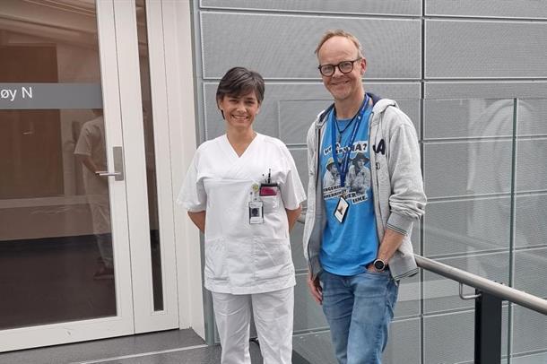 Intensivsykepleier Hilde Thunhaug  og Petter Román Øien, seksjonsleder fagavdelingen, seksjon for forskning