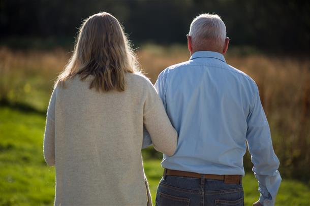 Gammel mann og dame går i parken