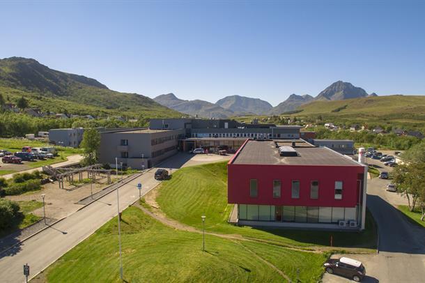 Bilde av inngangen og sykehusbyggene i Lofoten
